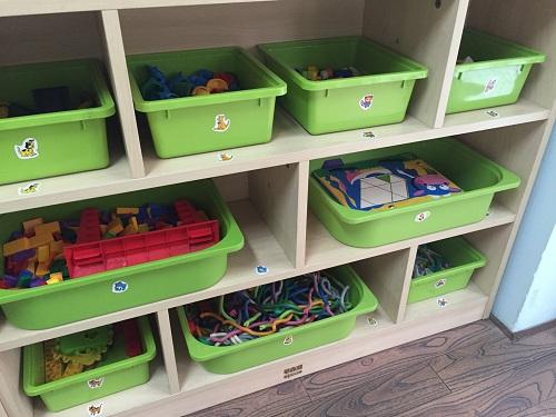 小班幼儿因为入园时间较短,年龄比较小,主动整理玩具的习惯还未完全
