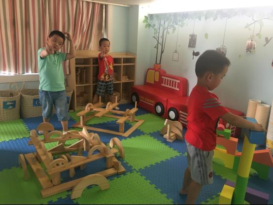 根据中班幼儿的年龄特点,开展了丰富多彩的建构游戏活动:沙上建构
